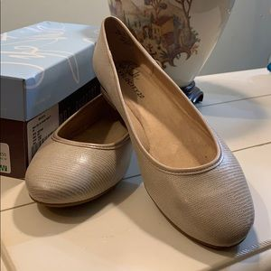 NWT Life Stride light taupe flats size 9.5W